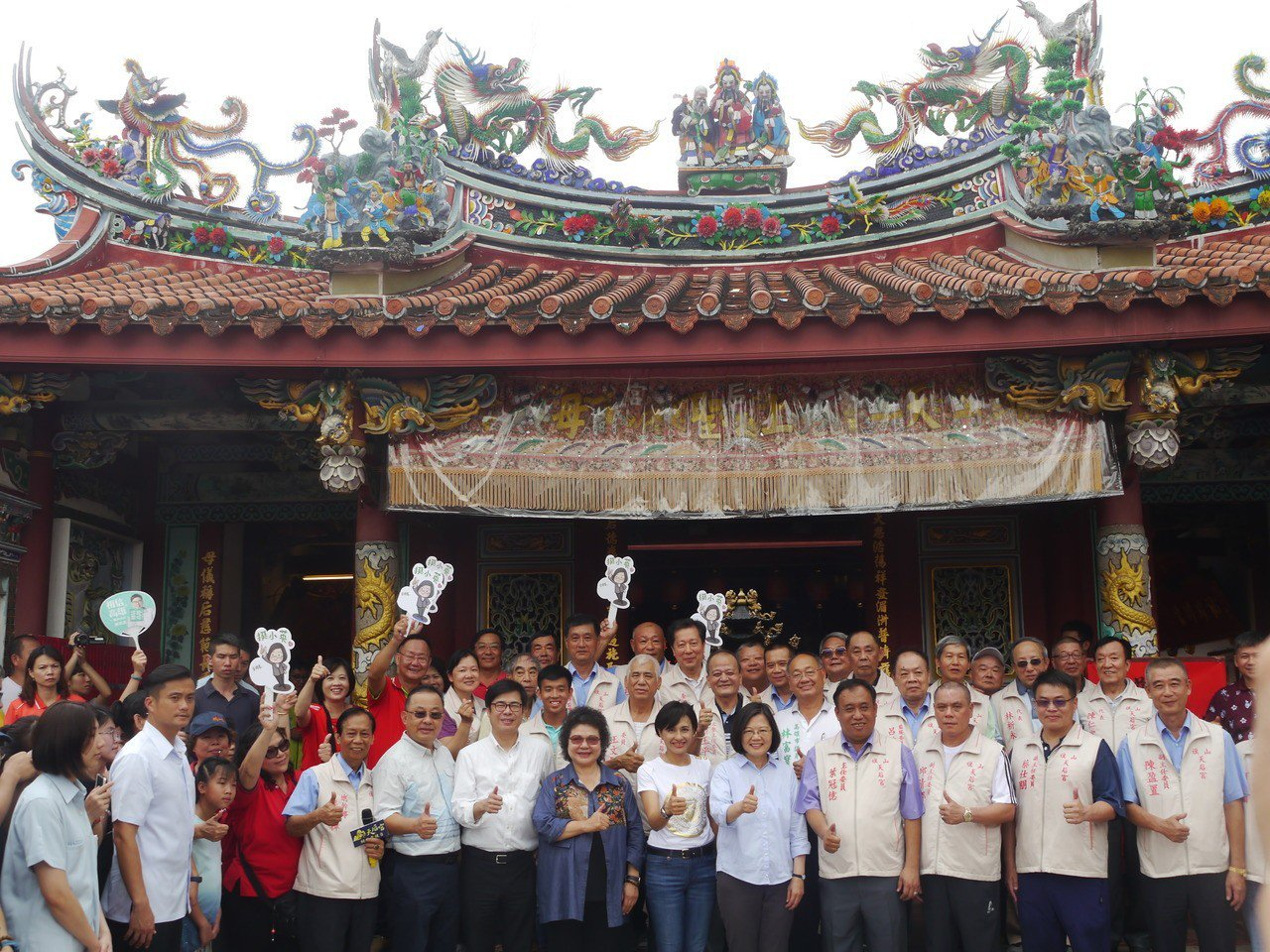 總統蔡英文率團隊今天下午參拜高雄旗山天后宮,細數執政3年成績。記者徐白櫻/攝影