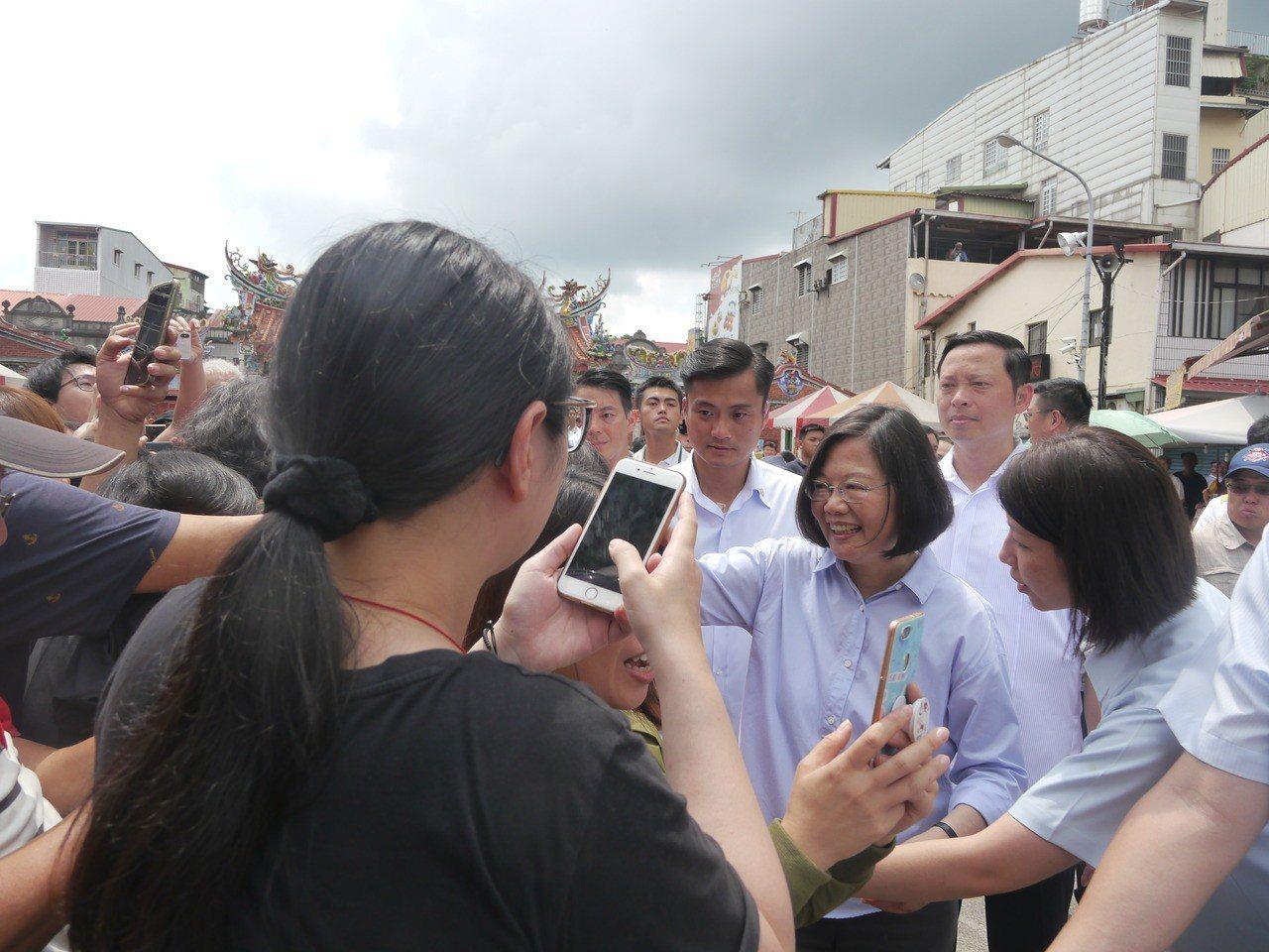 總統蔡英文受到旗山鄉親熱情歡迎。記者徐白櫻/攝影