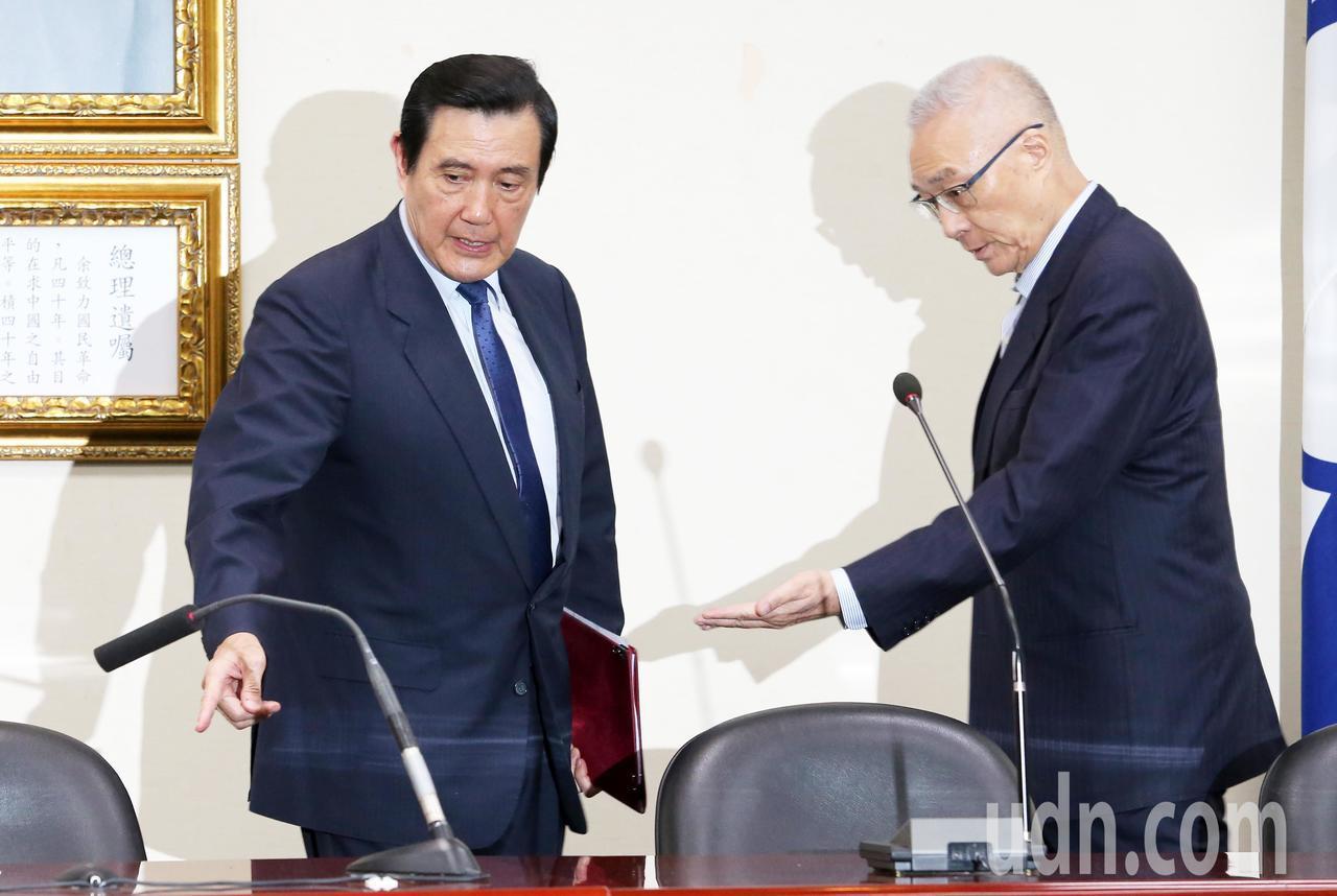 針對國家機密保護法延長管制期限,前總統馬英九(左)與前副總統吳敦義(右)今天舉行...