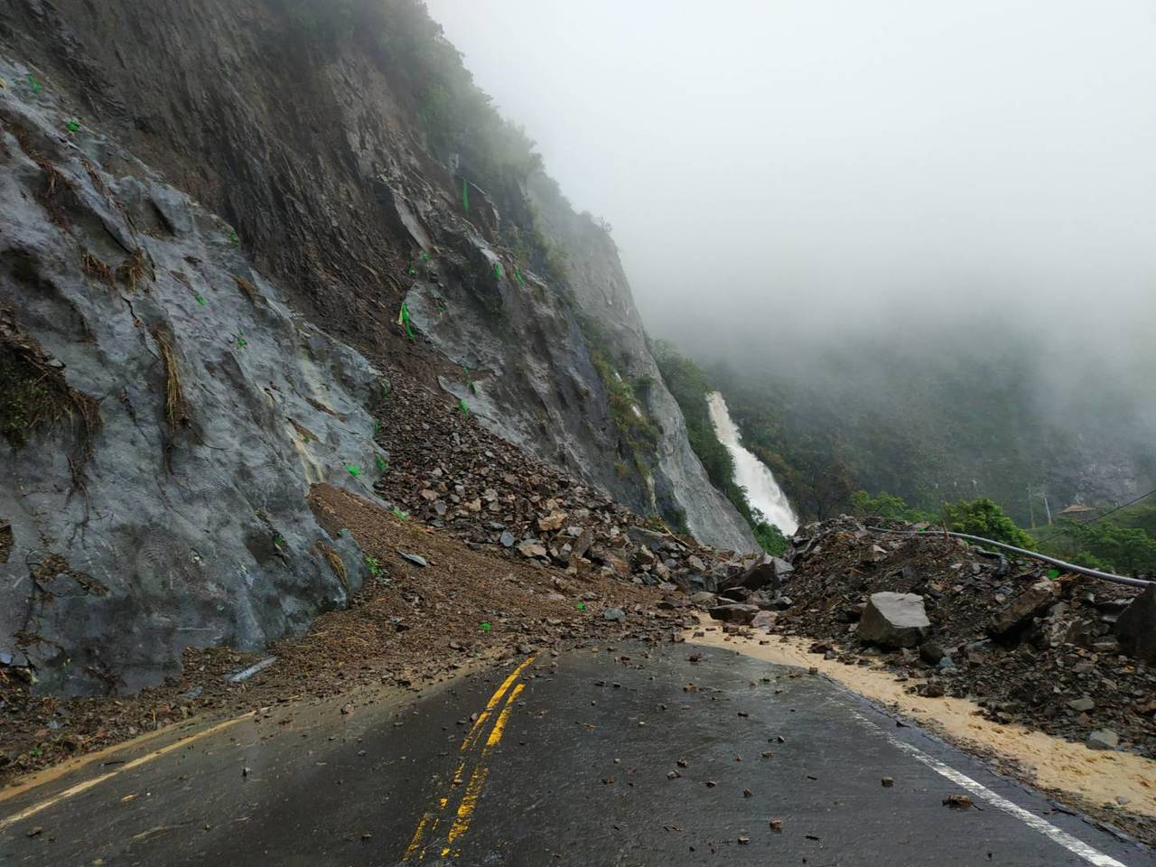 阿里山公路78.3公里處日前坍方,今天上午9時搶通,目前單線雙向通車。記者卜敏正...