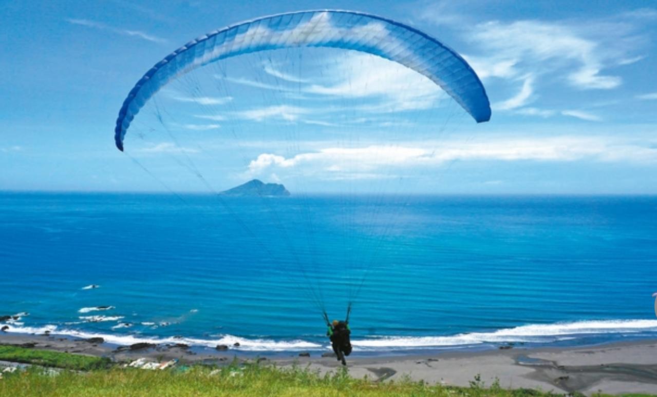 宜蘭縣外澳飛行傘基地每年的來客數1萬多人次,設備及安全管理嚴謹,算是「全台模範生...