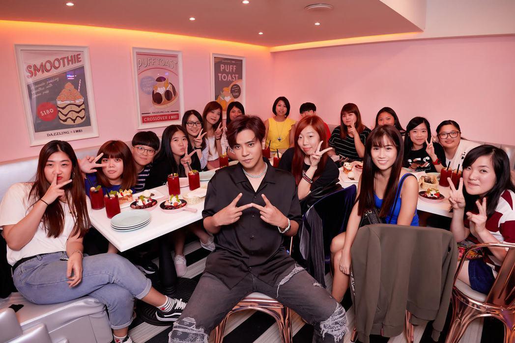 羅志祥(前)與歌迷共度浪漫晚餐。圖/環球提供