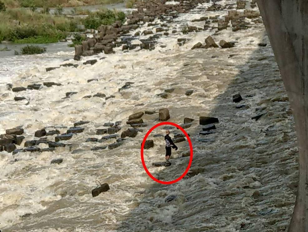 泰籍移工受困暴漲的大漢溪。記者林昭彰/翻攝