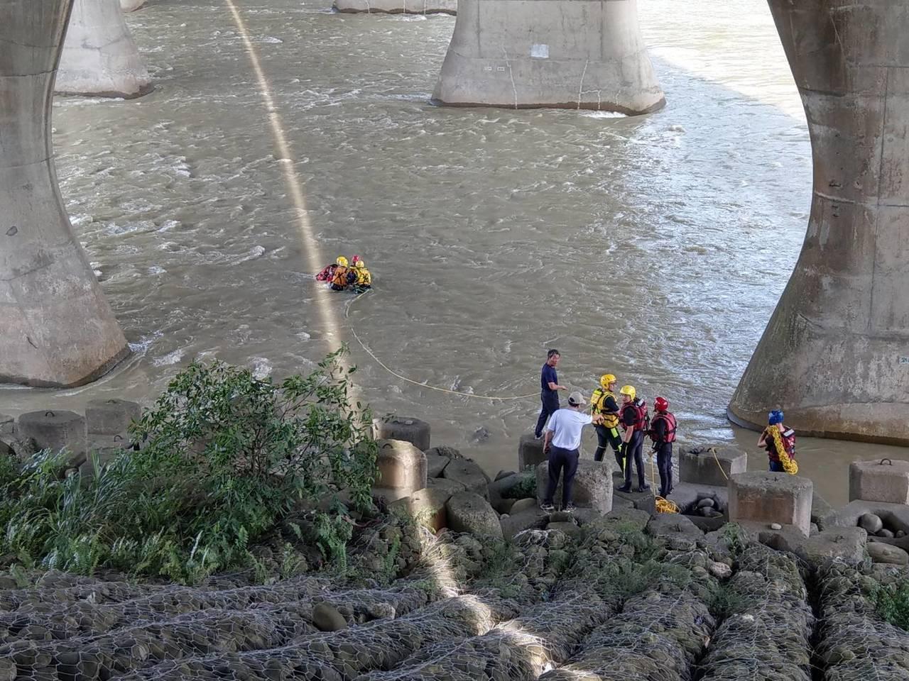 消防隊員涉水將他帶回岸邊。記者林昭彰/翻攝