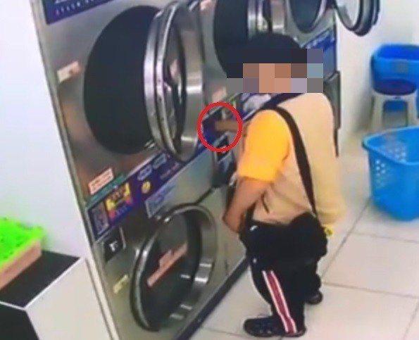 黃男利用螺絲起子,竊取自助洗衣店洗衣機內的零錢。記者柯毓庭/翻攝