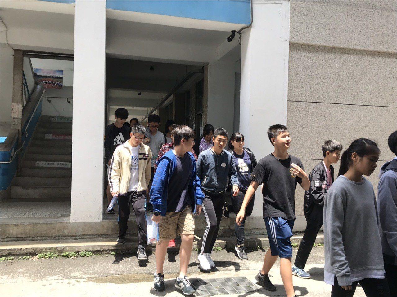 最後一科考完學生開心步出考場。記者王思慧/攝影