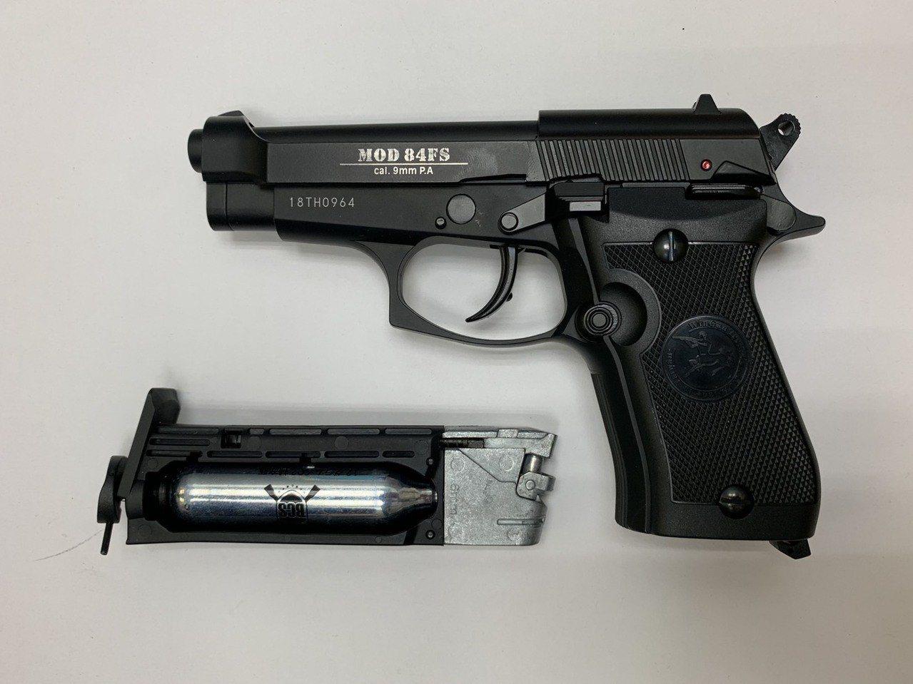 警方查扣黃男作案玩具槍枝。記者蕭雅娟/翻攝