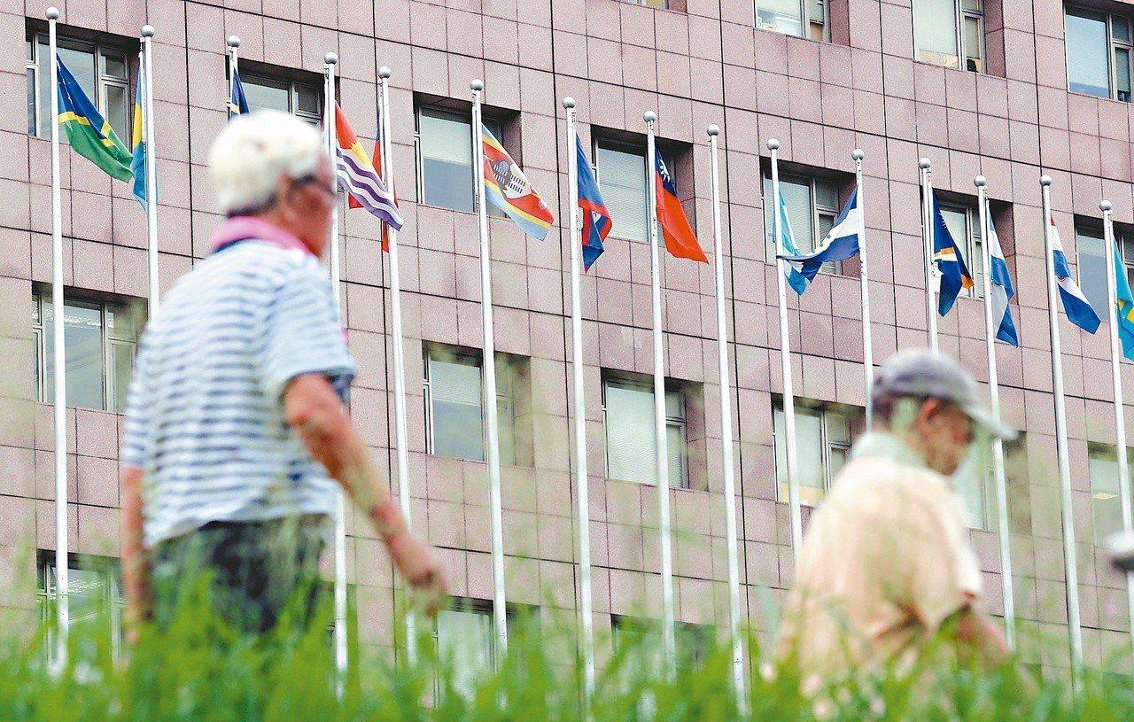 薩爾瓦多去年與我國斷交。圖為斷交後,天母使館特區前撤下薩爾瓦多國旗的空旗桿。本報...