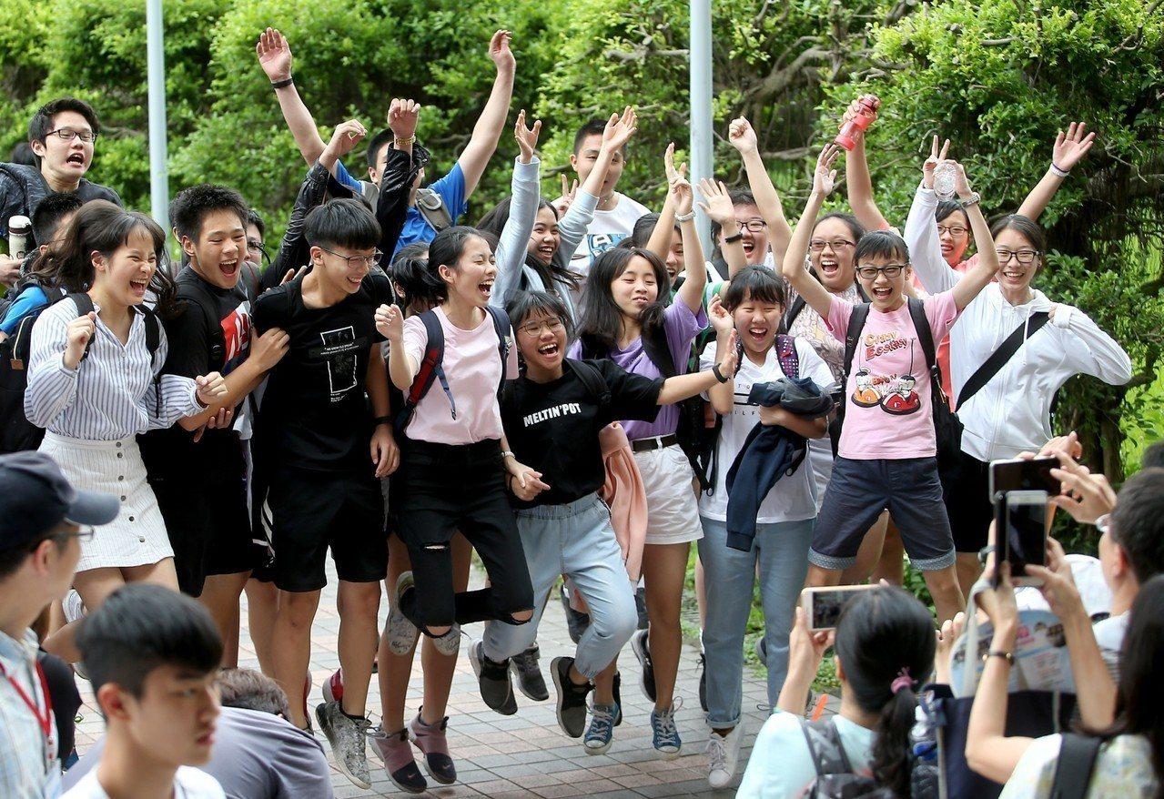 國中會考考完,考生開心。記者俞承翰/攝影