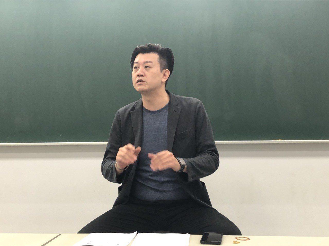 國文科補教師劉炘分析今年國中會考作文題目。記者章凱閎/攝影