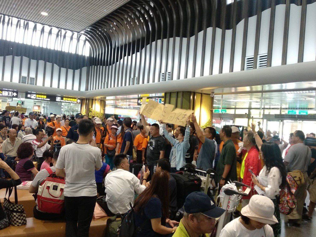滯留旅客今在機場舉牌抗議,希望能早點返台。圖/立委陳玉珍提供