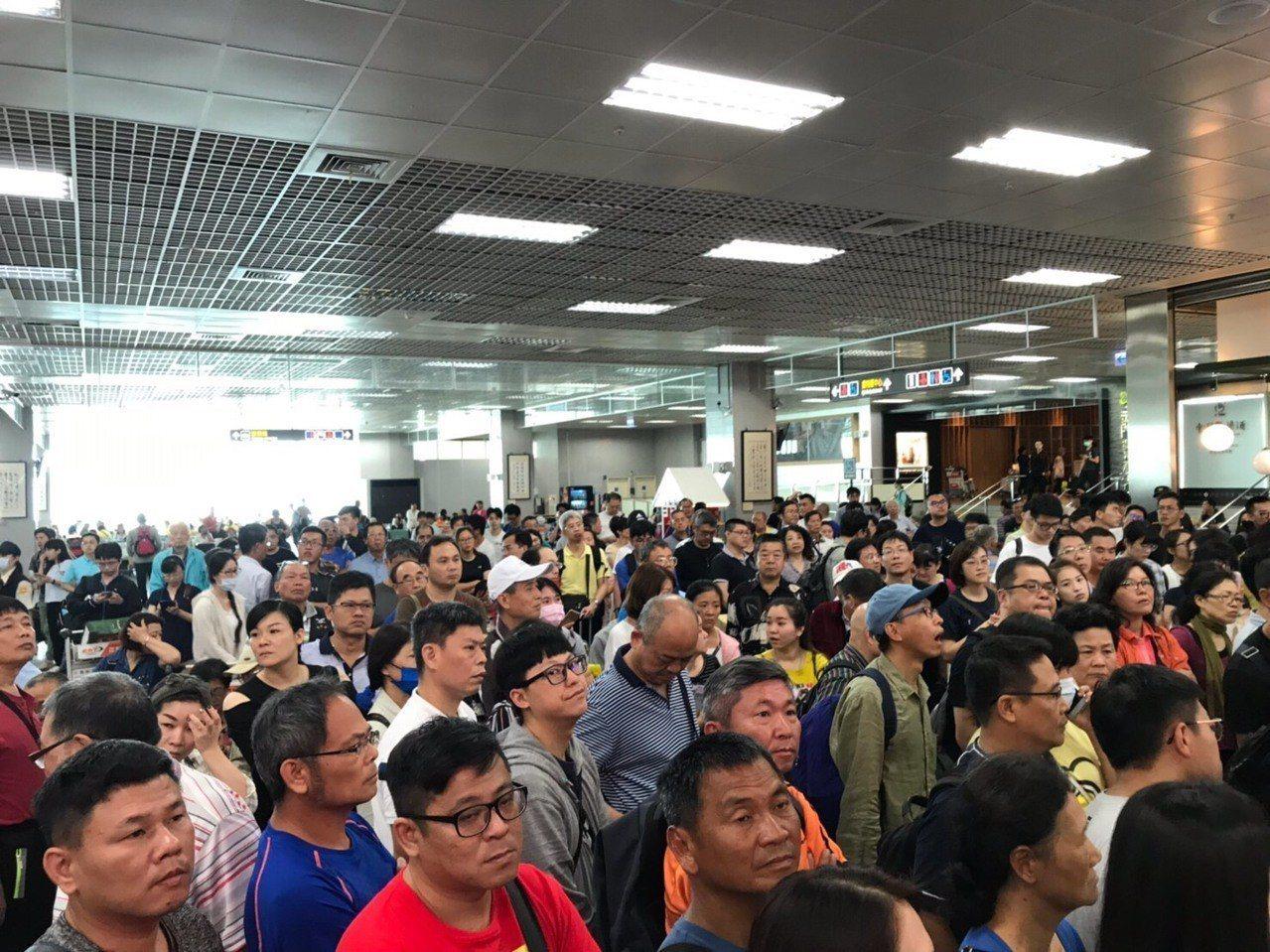 金門連日受到濃霧影響,導致航班大亂,粗估有超過2千名旅客滯留。圖/立委陳玉珍提供