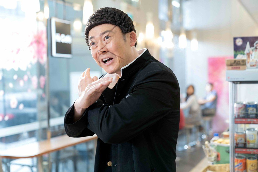 製作人黃萬伯飾演「刀疤傑森」。圖/八大提供
