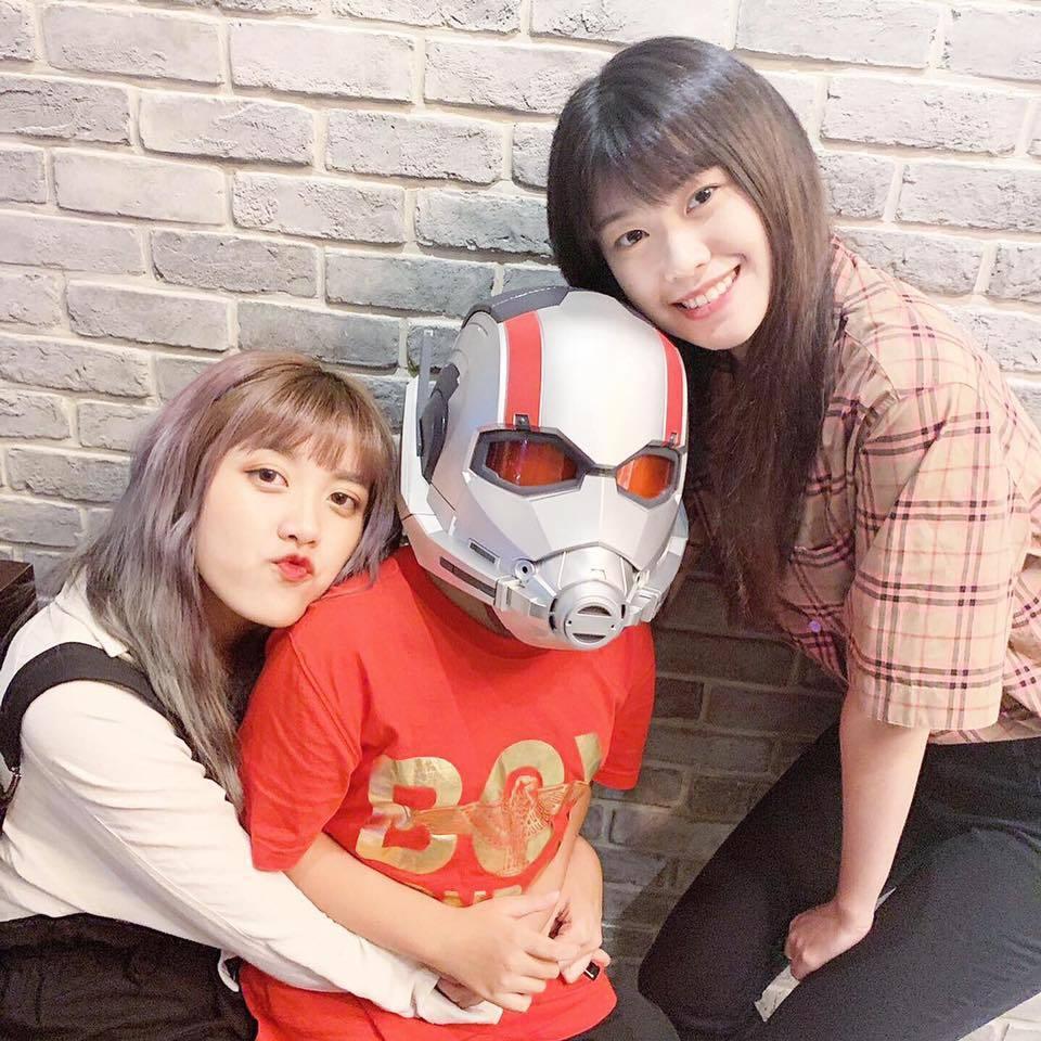 艾莉兒(左)與妹妹紀欣伶,中為兩人的弟弟。圖/摘自臉書
