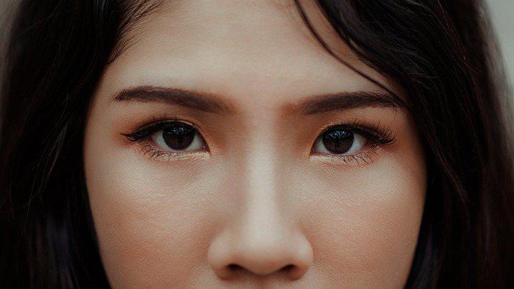 把眉毛跟眉型顧好,整體妝容也會看起來乾淨有精神。圖/摘自 pexels