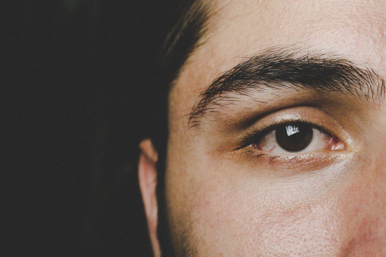 修眉可能會影響一個人的整體觀感,雜毛要記得修乾淨,才能讓人整體的精神比較好。圖/...