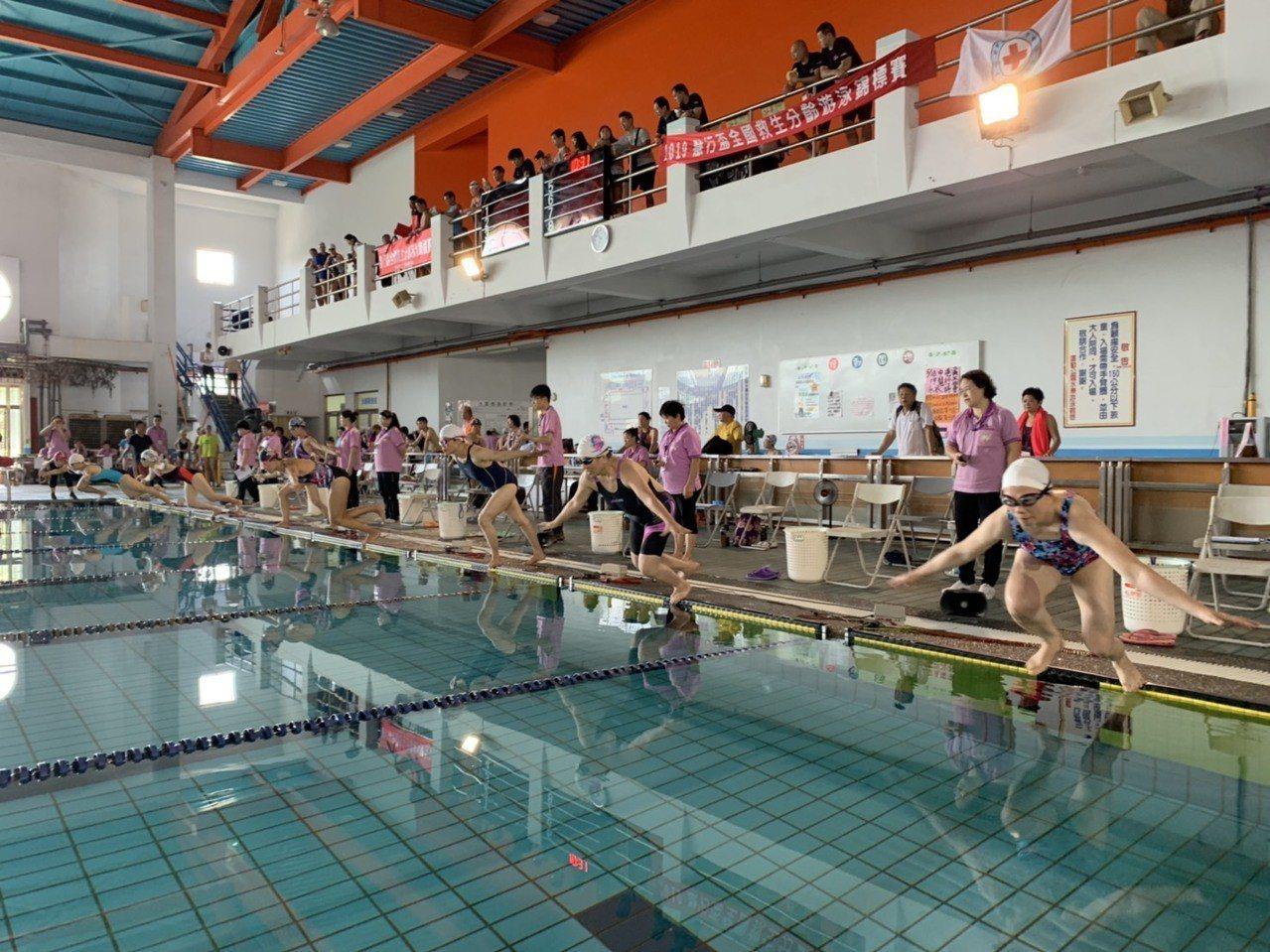 救生游泳競賽選手必須採跨步式入水,以確保安全。圖/台灣慧行志工救生游泳協會提供