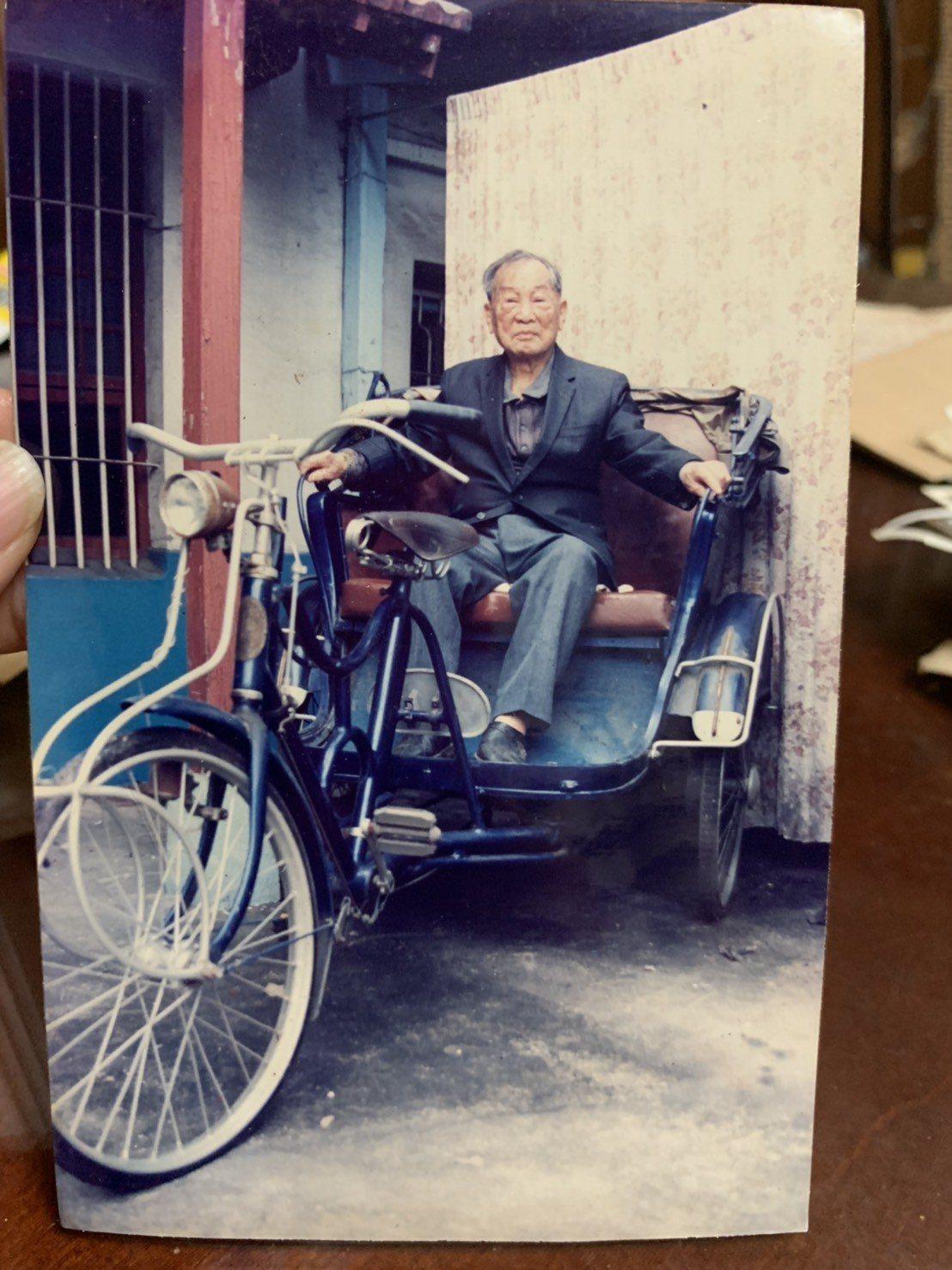 台南鐵路地下化路段旁的蘇丁受醫師舊宅已被拆除,圖為蘇丁受生前坐在車上前往看診的留...