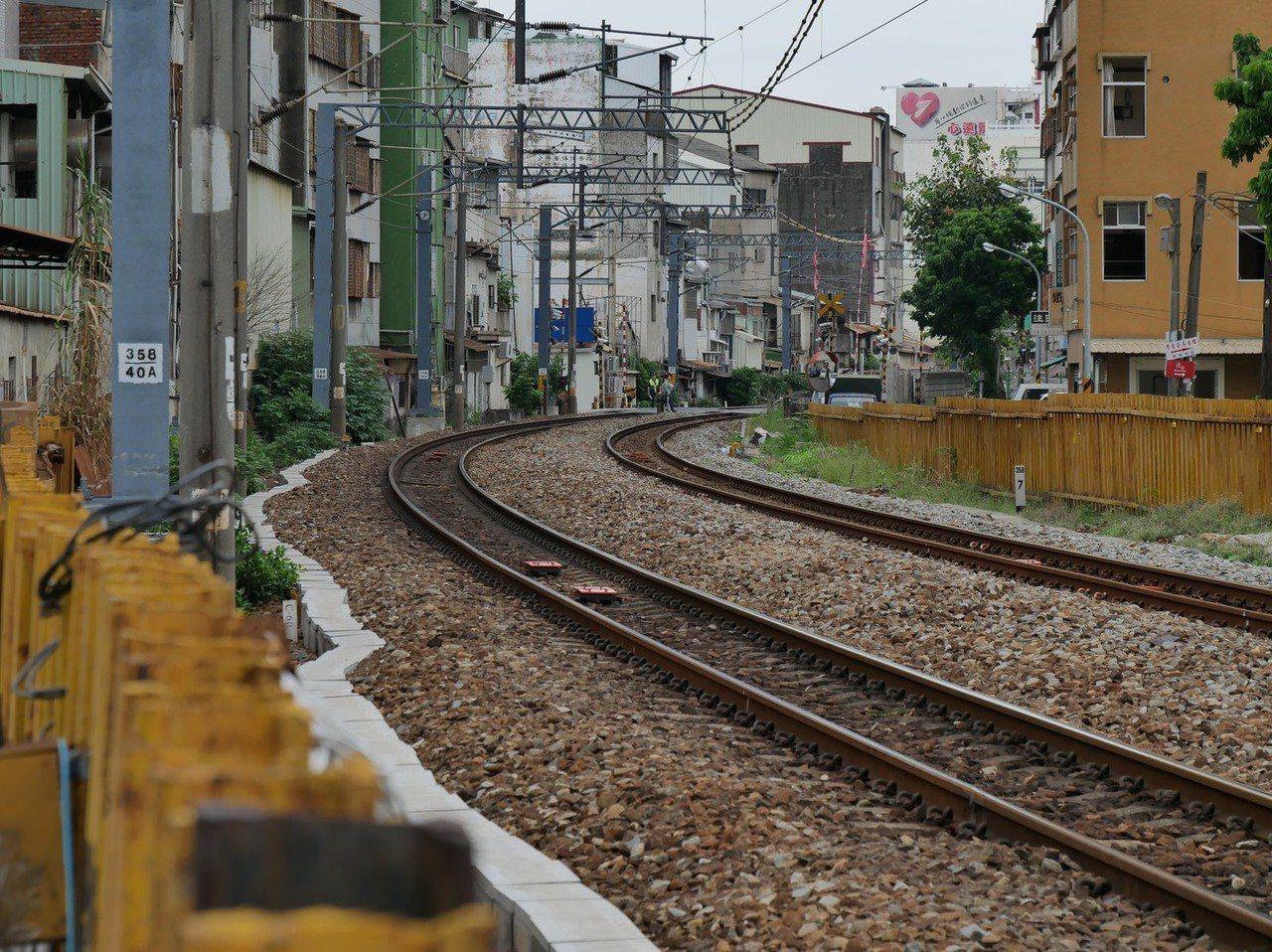 台灣鐵道的極西點據文史人士考證就在即將拆除的台南鐵路地下化路段,位在青年路口附近...