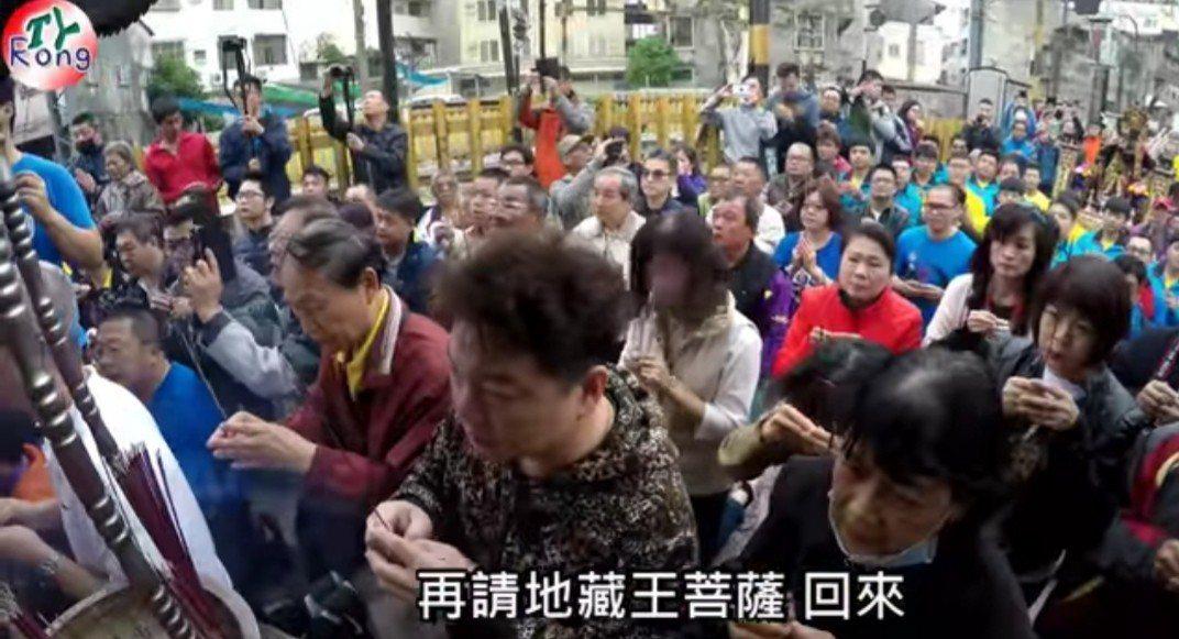 台南鐵路地下化路段旁的地藏王神像今年2月移往中西區安奉,圖為當時民眾夾道跪拜。圖...