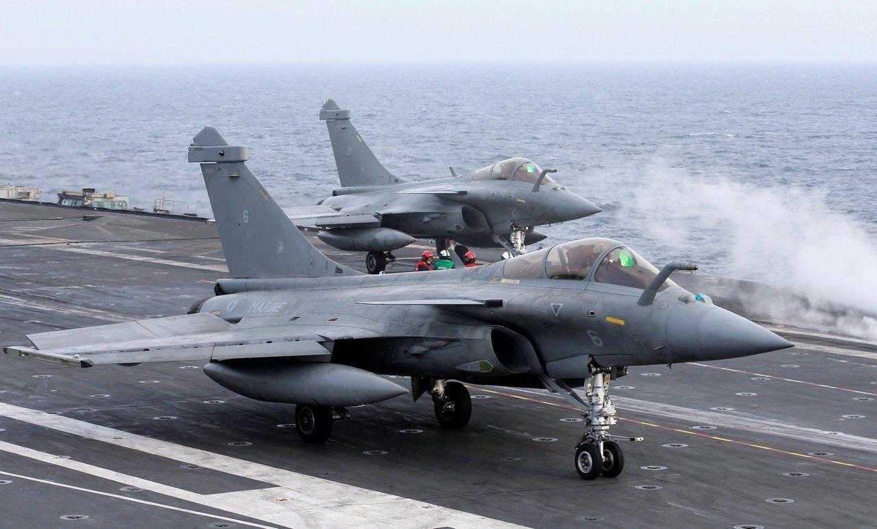 法國飆風戰機準備從戴高樂號航空母艦起飛。路透