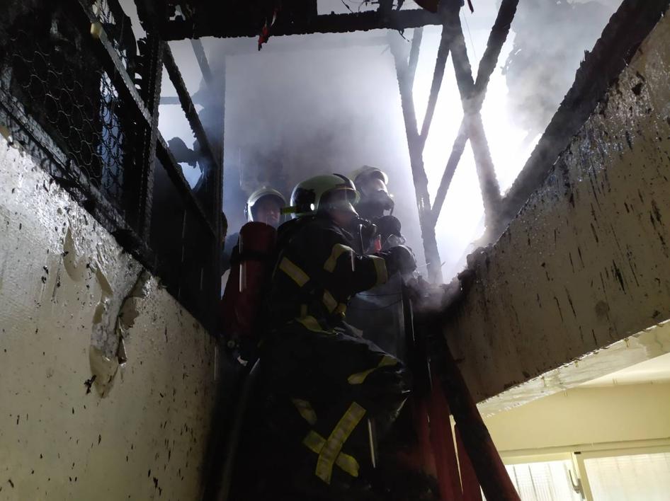 花蓮市林森路巷內一處民宅發生火警,消防人員搶救。圖/花蓮縣消防局提供