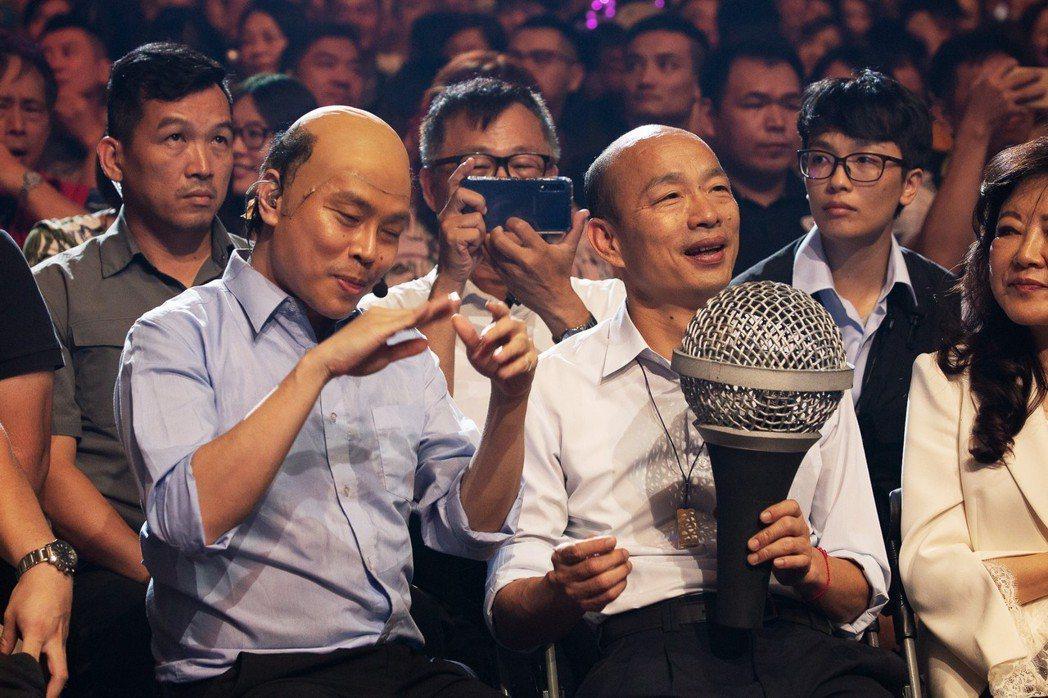 由卡古模仿的韓市長與本尊韓國瑜(右)同台飆歌。圖/華貴娛樂提供