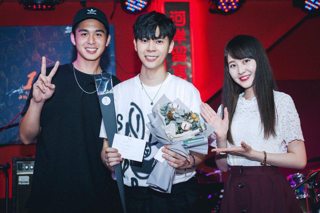 柯朋宇開個唱,同公司藝人蘇韋華(左)、 Miho 獻花。圖/杉朋娛樂提供