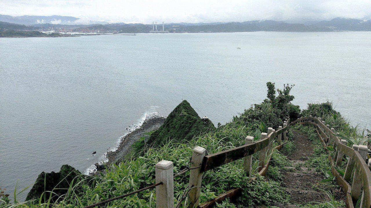 基隆嶼登山歩道已完成整條,民眾登高可眺望台灣「本島」,成為特殊體驗。圖/基隆鳥會...