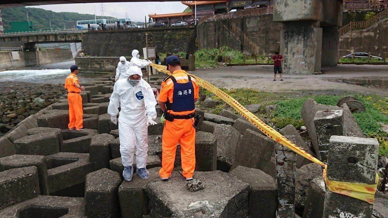 海巡署今天接獲通報核一廠出水口消波塊間有一具疑似腐爛豬隻屍體,立刻派員前往拉起封...