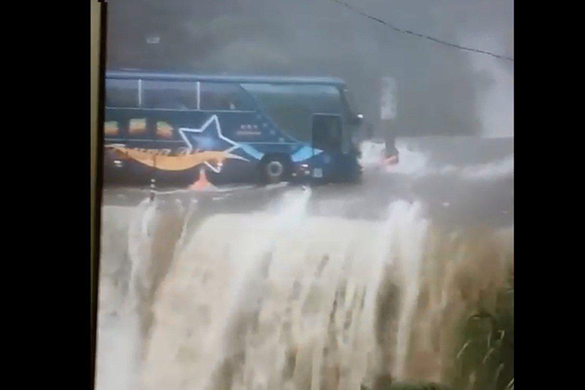 南投縣昨遭豪雨狂炸,災情慘重,可怕災況影片不斷被轉傳,今出現「遊覽車開在山洪瀑布...