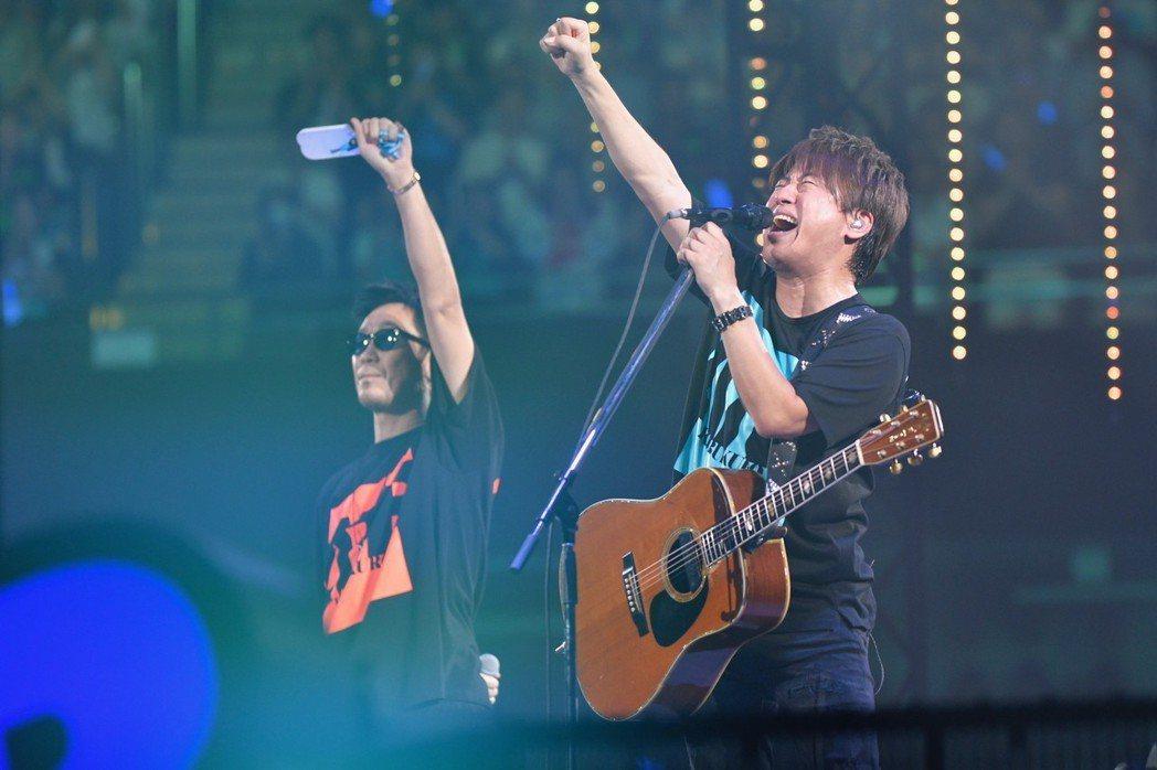 日本團體「可苦可樂」18、19日兩天在東京武道館舉辦出道20周年演唱會。圖/大鴻...