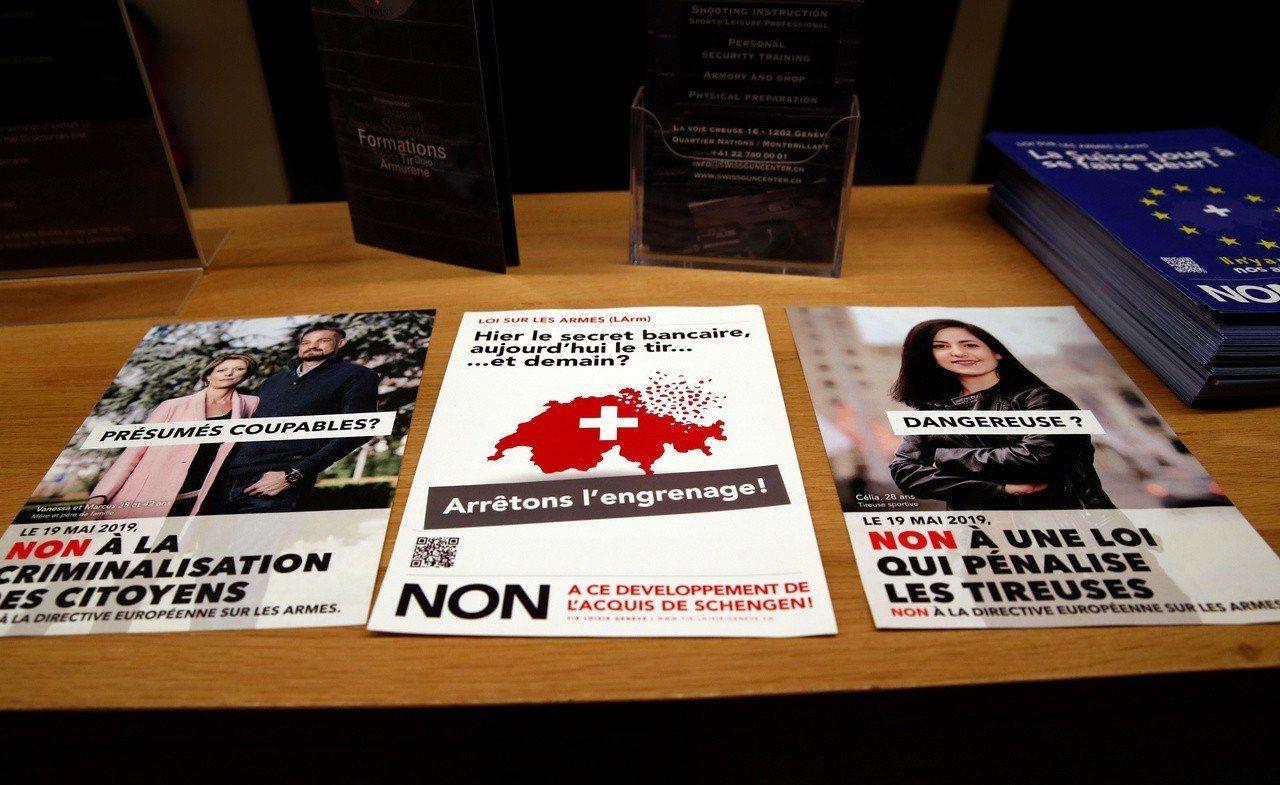 瑞士19日公投通過加強槍枝管制,圖為反對加強槍管的文宣。路透