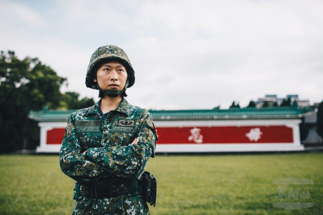 軍媒披露,陸軍特戰指揮部特5營特2連上尉連長許睿涵,順利率領官兵在陸軍特訓中心完...