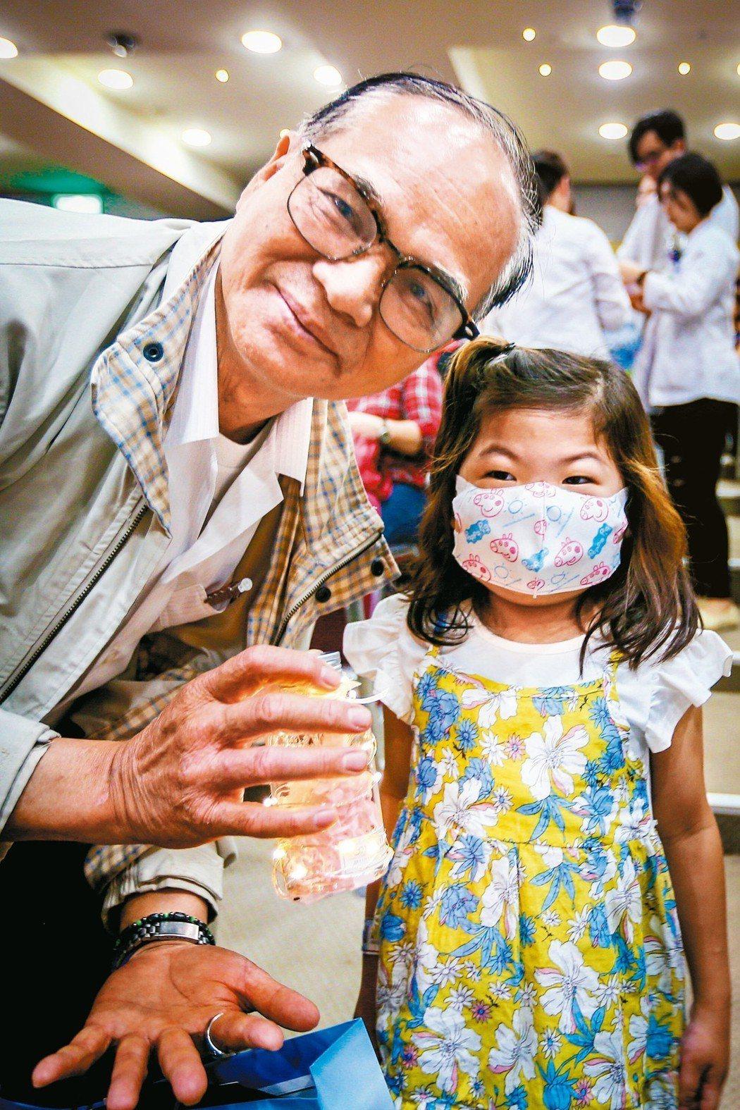 器官受贈者姚小妹(右)送上永生花感謝捐贈者的愛心。 記者王騰毅/攝影