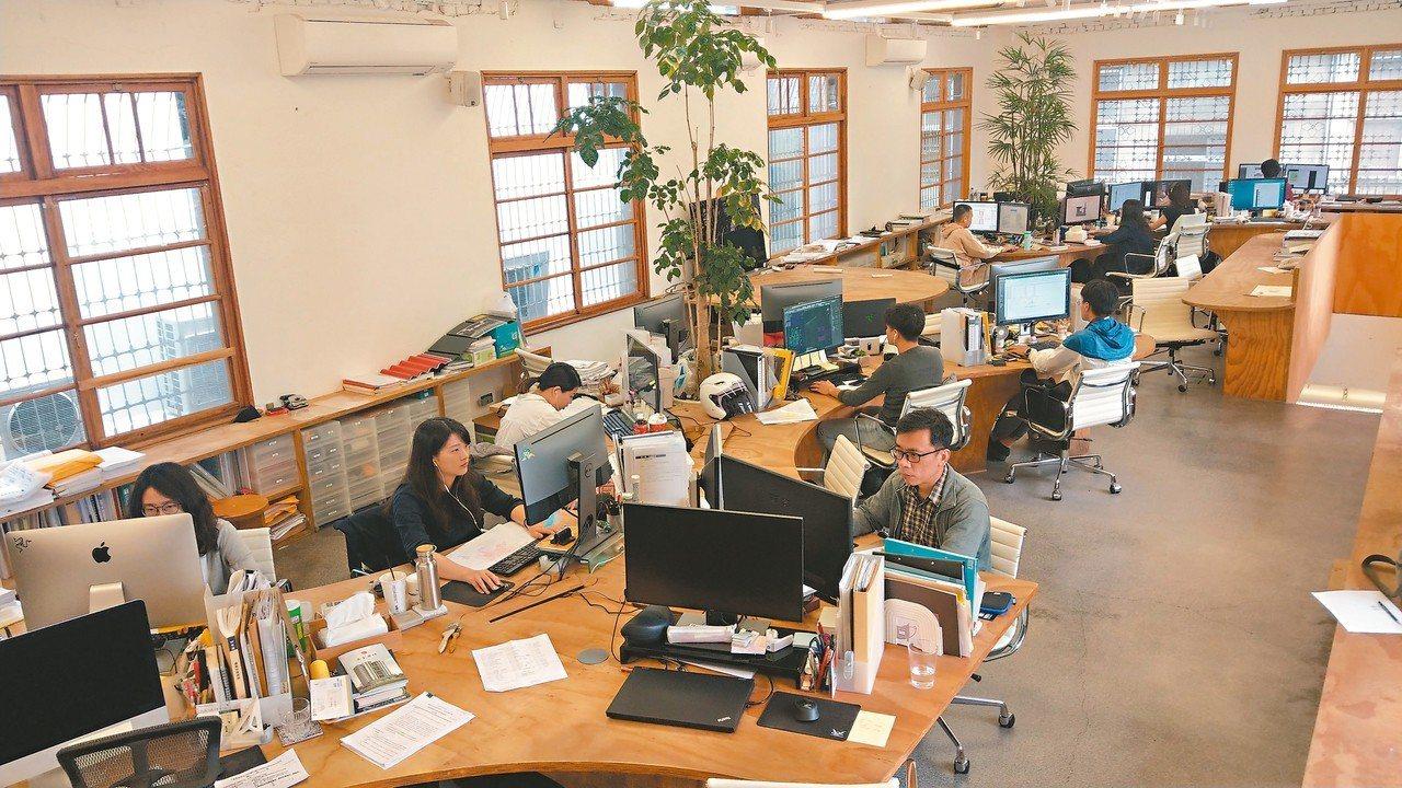 台中市中區巷弄內繼光工務所的二樓有9個事務所、30個座位,不同行業在同一辦公空間...