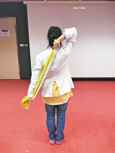「五十肩」患者可做毛巾操伸展,讓肩關節進行內轉、外轉等動作,緩解疼痛。 圖/部立...