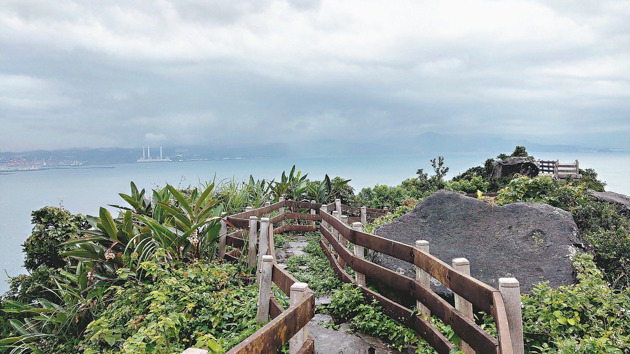 基隆嶼登山步道已完成整修,民眾登高可眺望台灣「本島」。 圖/基隆鳥會提供
