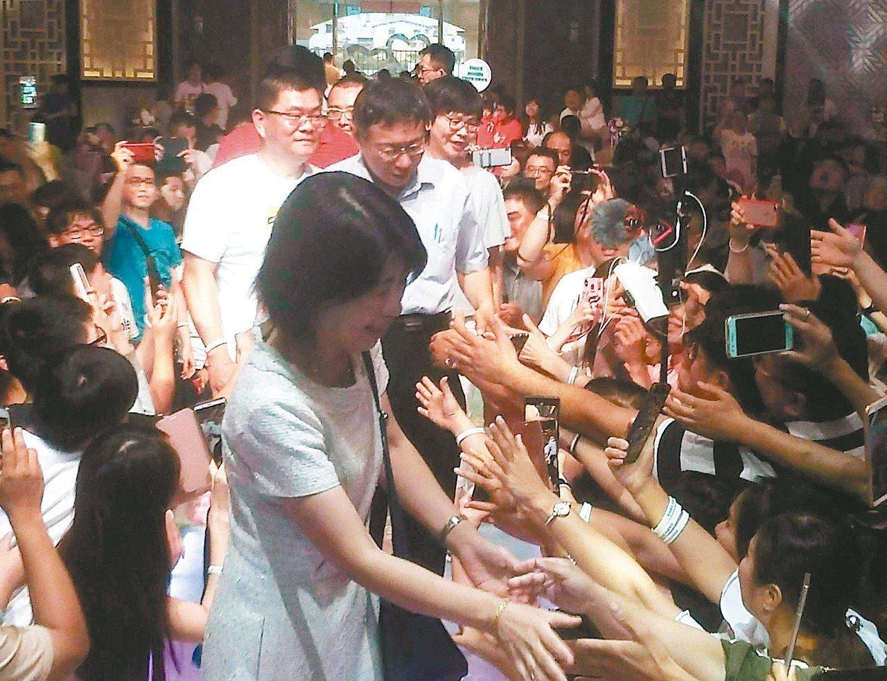 台北市長柯文哲昨到高雄大寮與後援會粉絲共進晚餐,一到場就有不少粉絲拿出手機爭相與...