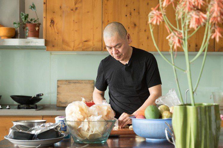平時在山上,蔡明亮總是親自下廚處理三餐。 陳立凱/攝影