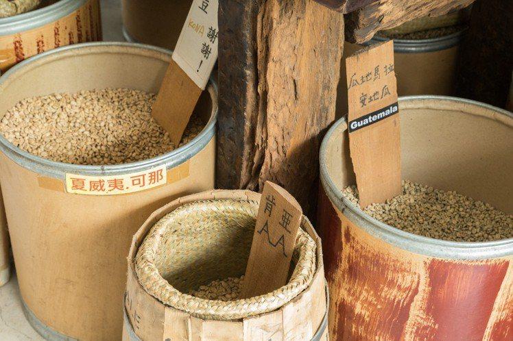 蔡明亮自己烘焙各式咖啡生豆。 陳立凱/攝影