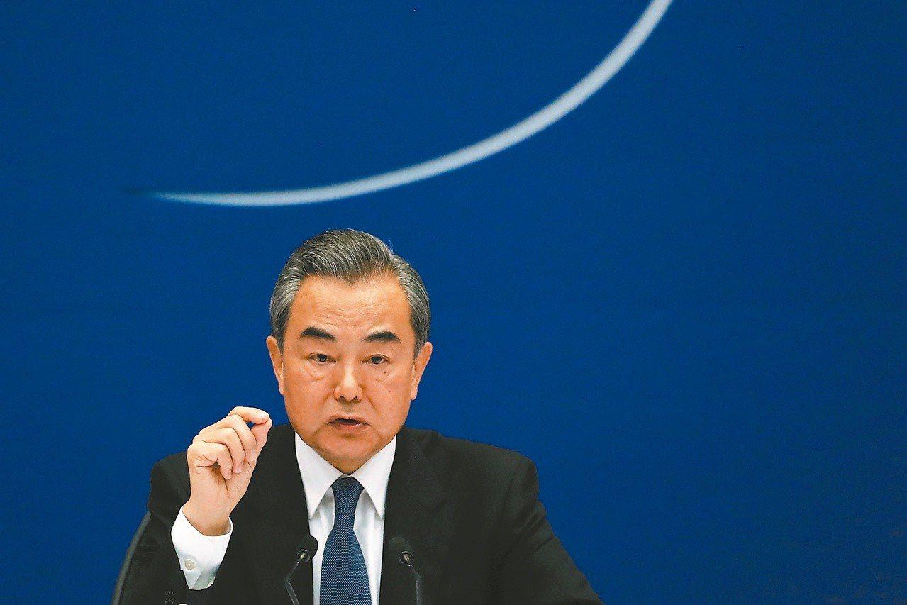 中共外交部長王毅在與美國務卿龐培歐通電話後,敦促美方恪守一個中國原則。(歐新社資...