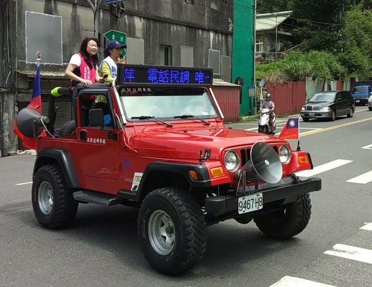 國民黨立委初選最後關頭,李永萍出動LED紅色吉普車進行掃街。圖/李永萍團隊提供