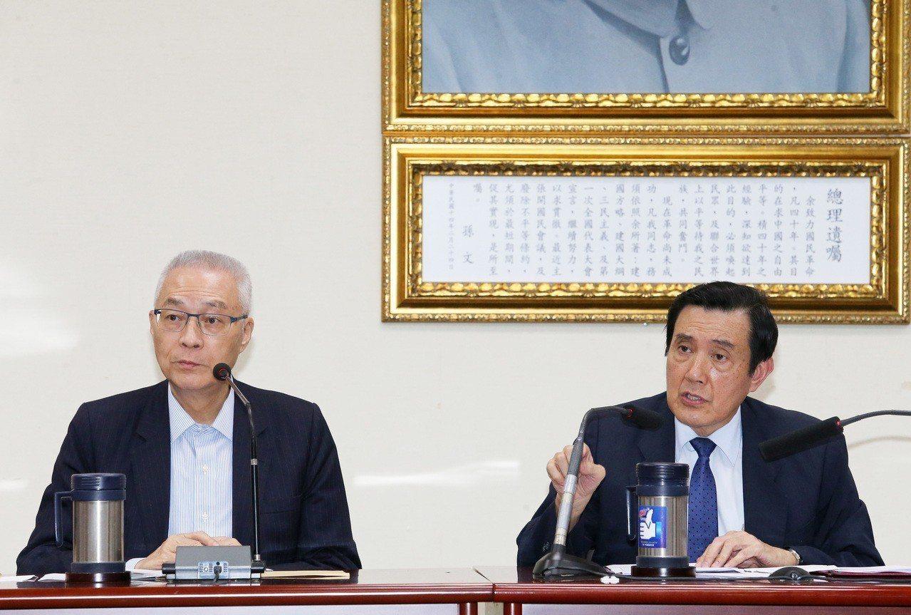 前總統馬英九(右)與前副總統吳敦義(左)19日召開記者會,質問總統府在對他執行3...
