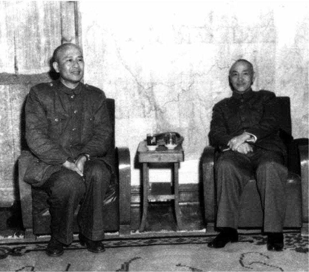 民國38年1月20日,蔣中正(右)與白崇禧在重慶會晤。這是兩人在大陸的最後一張合...