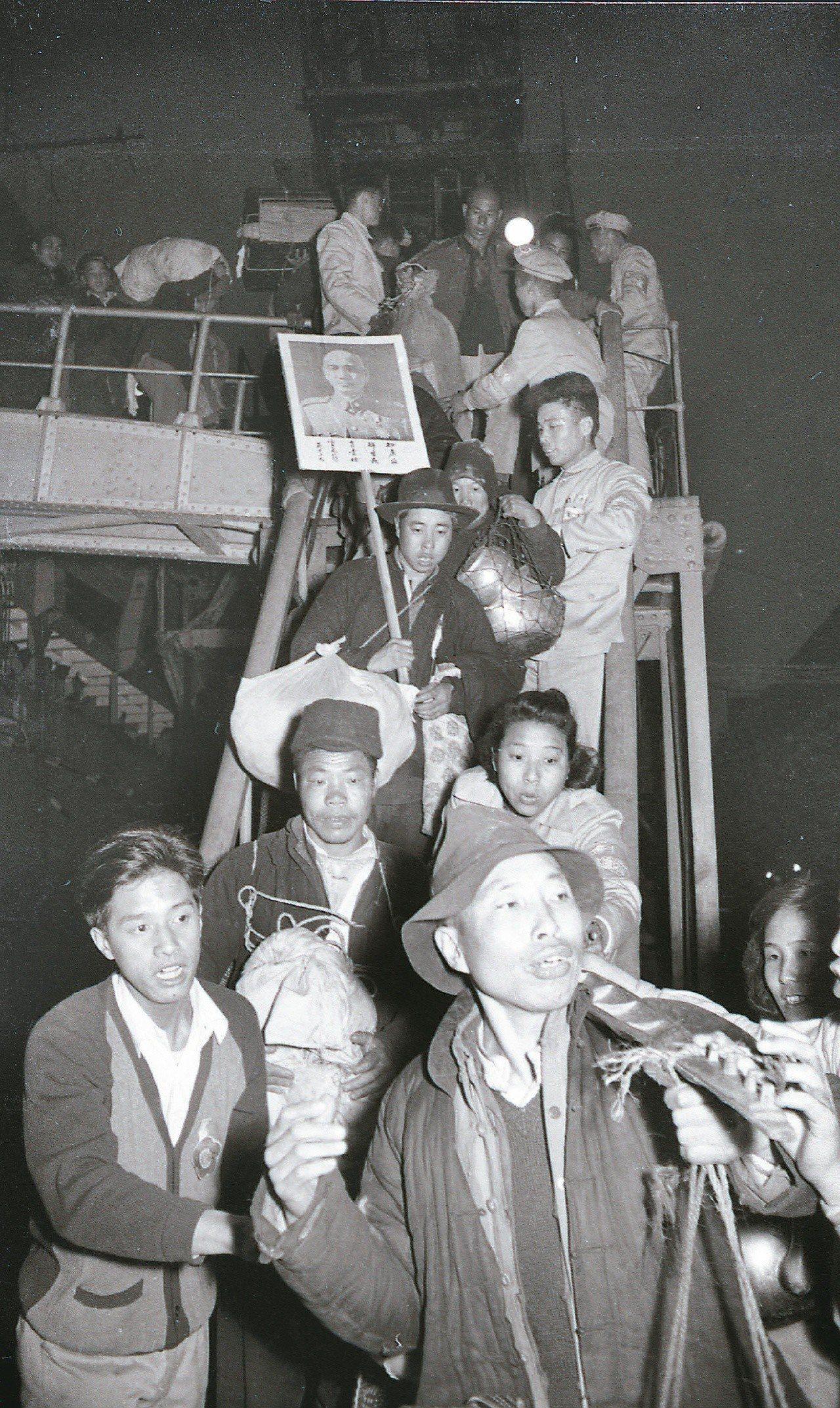 大陳義胞撤退來台,在基隆港下船,有人手上還拿著蔣中正照片。圖/聯合報系資料照片