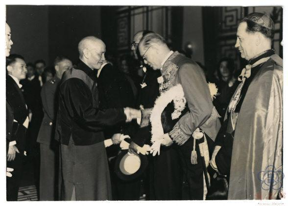 民國37年,蔣中正於南京就任中華民國第一任總統後接受各國使節覲賀。圖/國史館提供