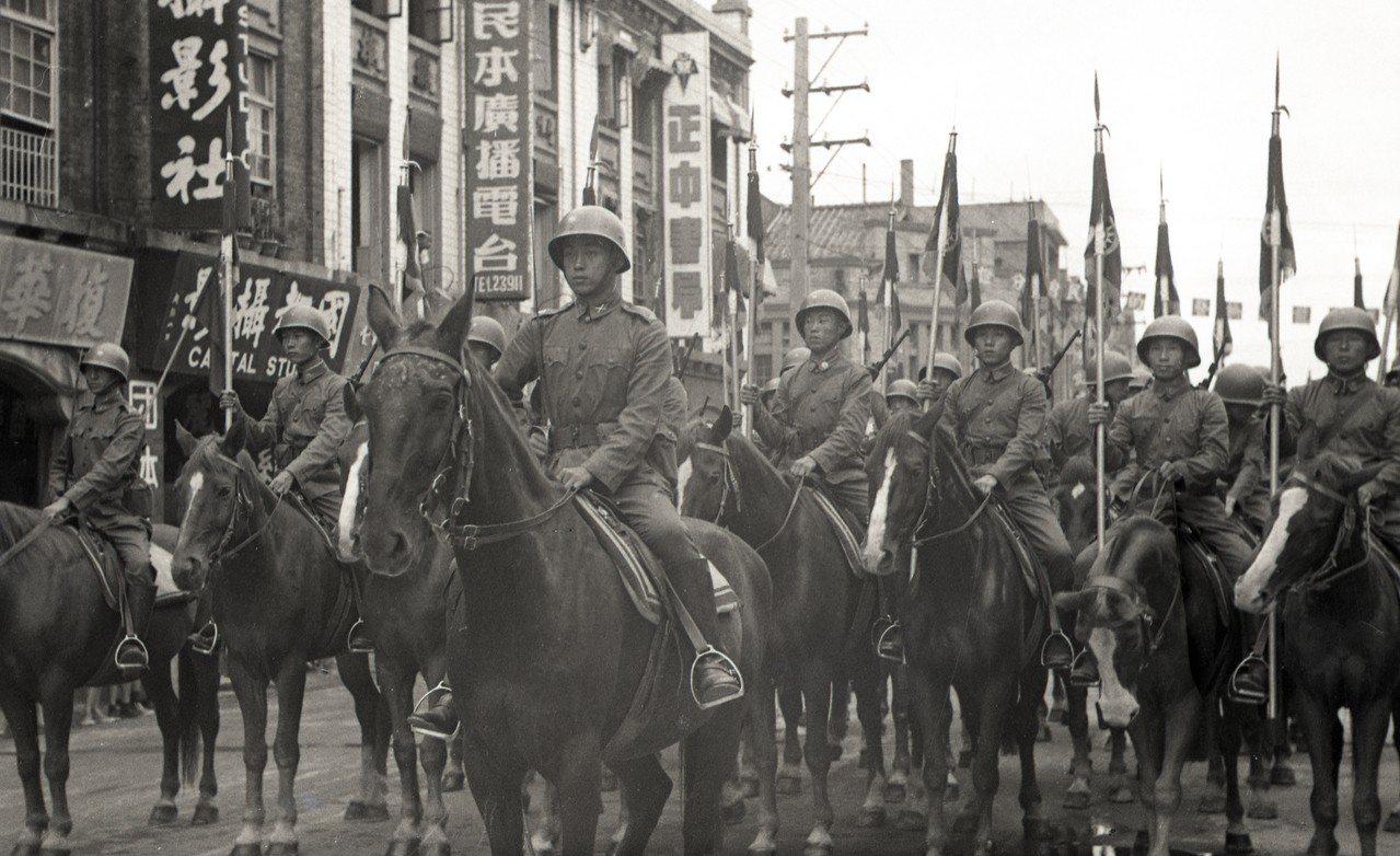 政府遷台首度閱兵,騎兵隊「包圍」蔣中正總統座車。圖/聯合報系資料照片