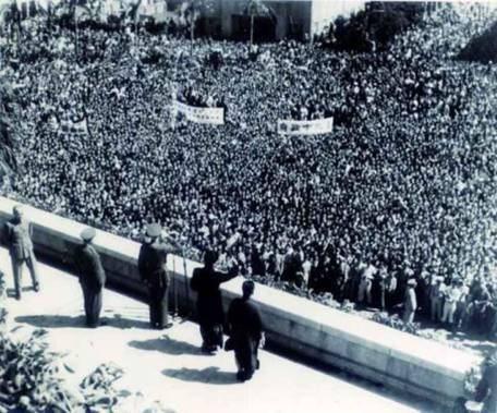 1946年10月蔣中正到台灣台北市中山堂參加台灣一周年慶典,受到數萬民眾歡迎。圖...