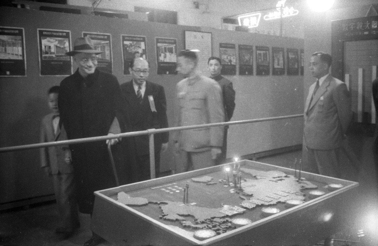 1955年,總統蔣中正(左)偕夫人宋美齡,前往省立博物館欣賞台灣光復十年建設成果...